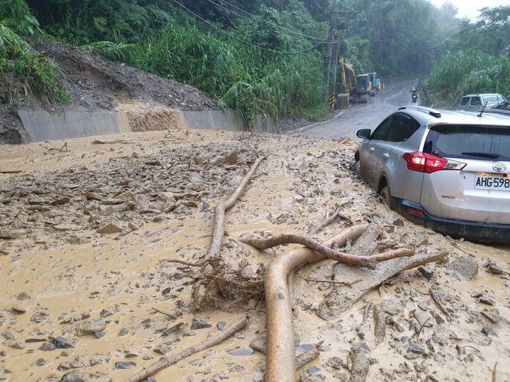 南投縣仁愛鄉投83線今午後好不容易全線恢復通行,未料傍晚大雨又爆發土石流,還造成1車受困。圖/仁愛鄉公所提供