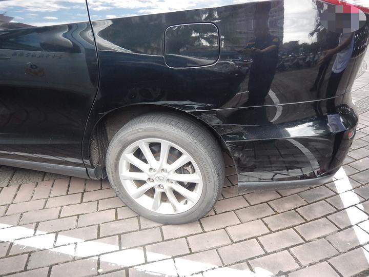 台中市張姓男子的休旅車在上月中旬行經南區時,遭陳姓女子的轎車撞掉前保桿,陳女轎車車側有明顯擦撞痕跡。記者陳宏睿/翻攝