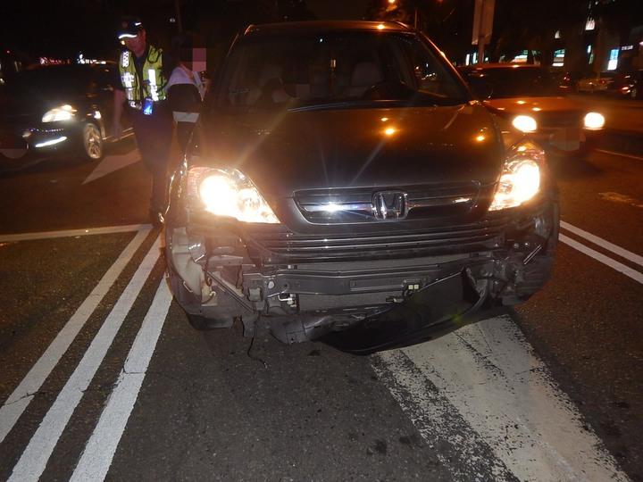 台中市張姓男子的休旅車在上月中旬行經南區時,遭陳姓女子的轎車撞掉前保桿。記者陳宏睿/翻攝