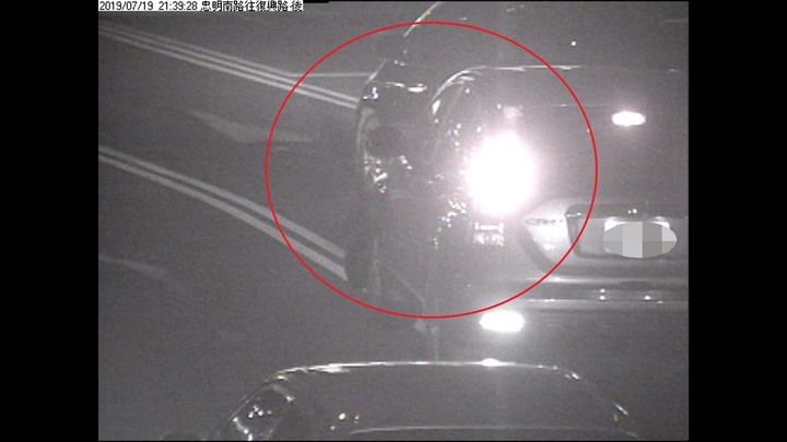 台中市張姓男子的休旅車在上月中旬行經南區時,遭陳姓女子的轎車撞掉前保桿,肇事過程被監視器拍下。記者陳宏睿/翻攝