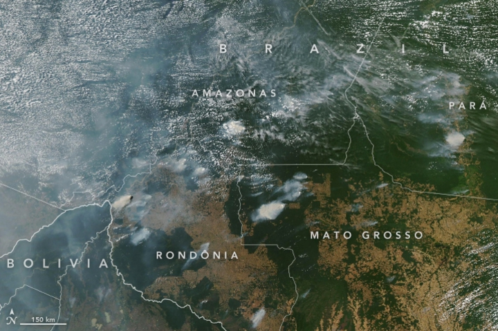 NASA發布8月11日照片,顯示巴西亞馬遜雨林野火產生濃煙,從太空也清晰可見。NASA
