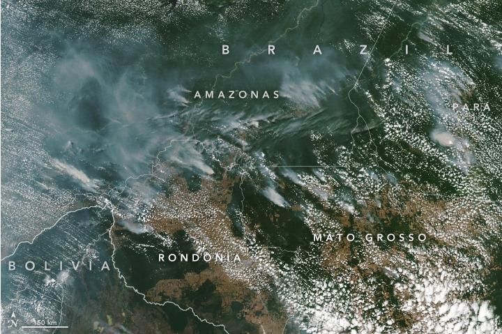 NASA發布8月13日照片,顯示巴西亞馬遜雨林野火產生濃煙,從太空也清晰可見。NASA