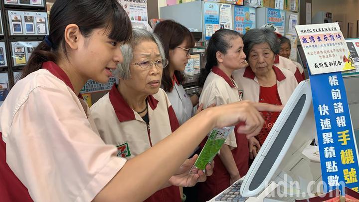 台南六甲得憶學堂安排失智長輩到超商擔任「不老店長」,88歲許姓阿嬤學習操作收銀機。記者吳淑玲/攝影