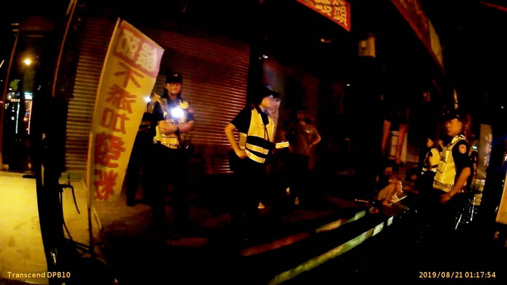高雄市左營區一家酒吧今深夜凌晨赫有酒客互毆,涉案人等依違反社會秩序維護法究辦。記者賴郁薇/翻攝