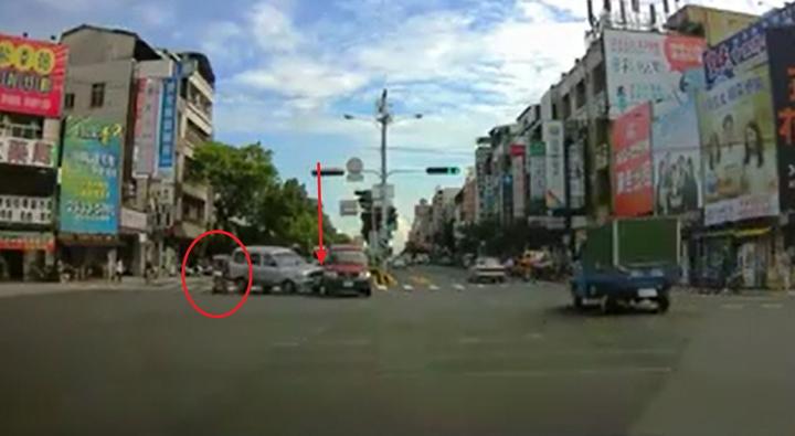 連姓阿嬤騎乘電動醫療代步車(紅色圓圈處)從路口衝出,造成銀色廂型車急煞,撞到內車道待轉的紅色廂型車(紅色箭頭處)。圖/翻攝自爆廢公社二館