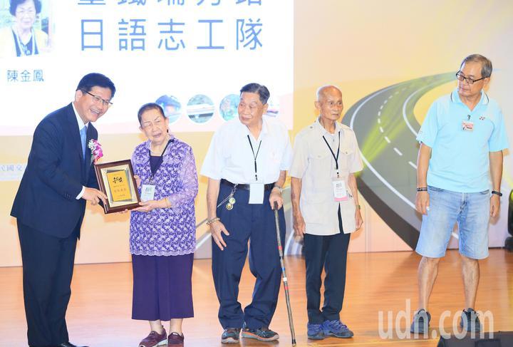 交通部長林佳龍(左)頒發特殊貢獻獎給許陳配(左二起)、王孝敦、李春長及陳金鳳的家屬。記者潘俊宏/攝影