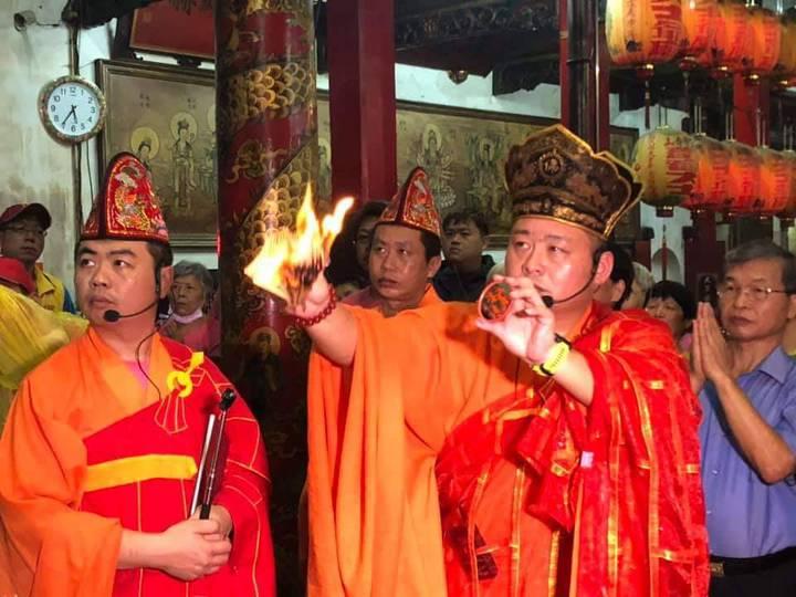 黃瑞村是釋教法師,從小跟父親學誦經及製作靈厝紙藝。記者卜敏正/攝影