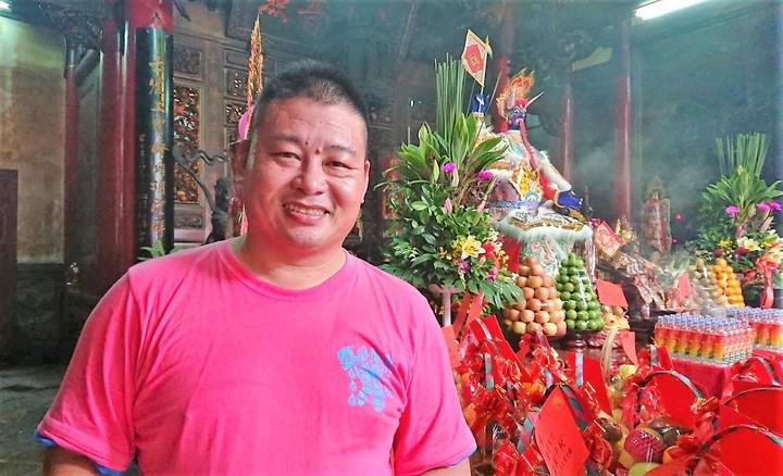 黃瑞村是釋教法師,從小跟父親學誦經及製作靈厝紙藝,這次負責民雄大士爺製作。記者卜敏正/攝影
