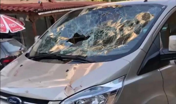 阿爾巴尼亞一間餐廳老闆因為不滿服務被批評,居然跳上顧客的車,赤手空拳打爆擋風玻璃。圖片擷取YouTube/DASKALOGIANNIS影片