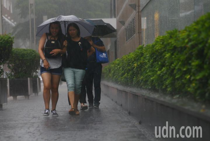 台北市下午下起傾盆大雨,天空一片漆黑,雨勢來得又快又急。記者杜建重/攝影