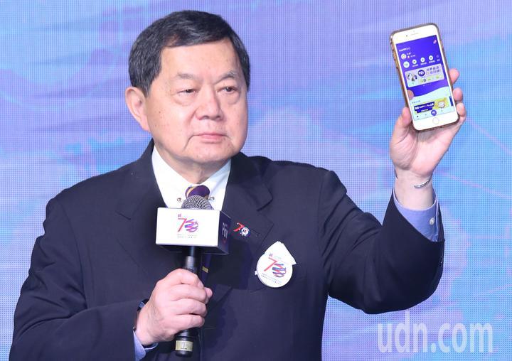 遠東集團昨天舉行「HAPPY  GO Pay點金 GO 未來」記者會,集團董事長徐旭東秀出手機中的HAPPY  GO Pay。記者曾學仁/攝影