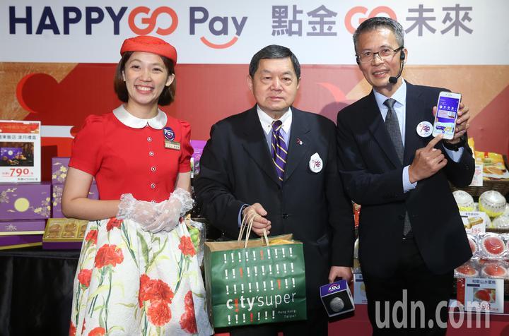 遠東集團昨天舉行「HAPPY  GO Pay點金 GO 未來」記者會,集團董事長徐旭東(中)親自用HAPPY  GO Pay購物。記者曾學仁/攝影