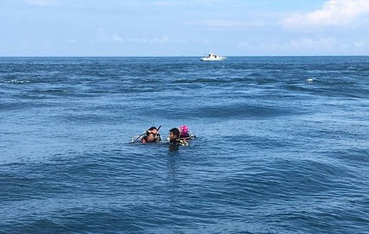 2男2女潛水客今天到基隆嶼海域潛水時,體力不濟無法自行游回船上,在海面揮手求助。海巡署基隆嶼安檢所人員發現後,聯繫另一艘娛樂漁業漁船協助救援,將4人載回基隆嶼脫險。