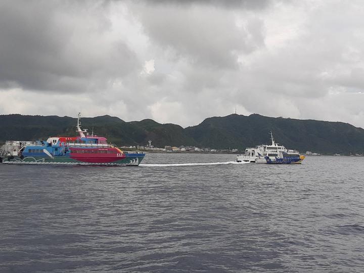 綠島客輪天王星號引擎今天下午又故障,由友船凱旋一號及凱旋二號輪流拖帶回綠島。圖/海巡署第一三岸巡隊提領