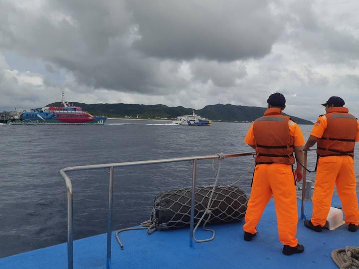綠島客輪天王星號引擎今天下午又故障,由友船凱旋一號及凱旋二號輪流拖帶回綠島,海巡巡邏艇在旁戒護。圖/海巡署第一三岸巡隊提領