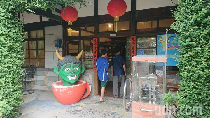 許多遊客參加大士爺祭,都會到附近劉家古厝「民雄鬼屋」逛逛,感染鬼月氣氛。記者卜敏正/攝影