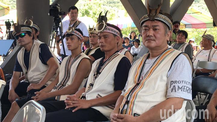 花蓮秀林鄉銅門部落族人今天獲得獵人證,一年內上山不再需要事先申請,族人相當開心。記者王燕華/攝影