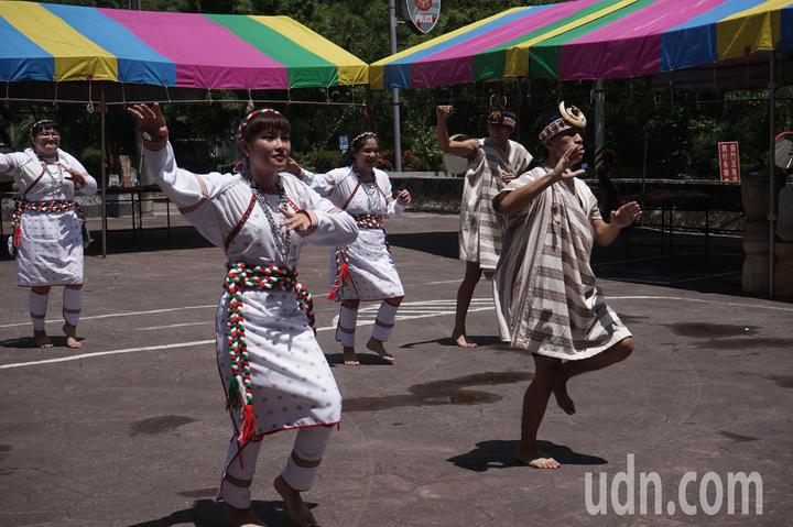 花蓮秀林鄉銅門部落今頒發獵人證,族人跳舞慶祝。記者王燕華/攝影