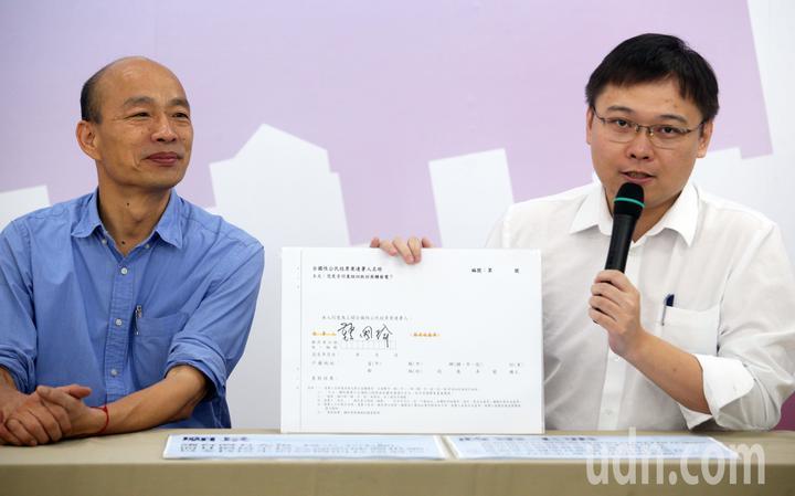 國民黨2020總統提名人韓國瑜(左)與「核終戰神」黃士修(右)。記者劉學聖/攝影