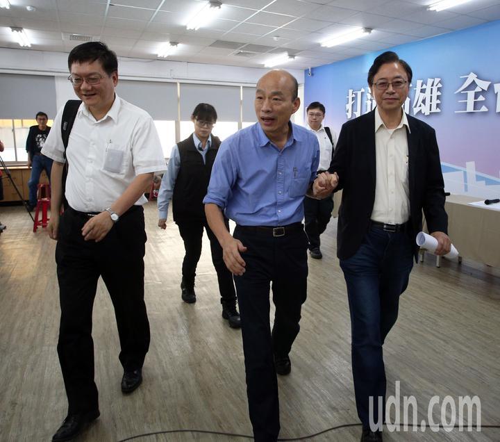 國民黨2020總統提名人韓國瑜(右二)舉行能源國政說明會,並在臉書開直播,由國政顧問團總召張善政(左)、副總召杜紫軍(右一)等人一起開直播討論。記者劉學聖/攝影
