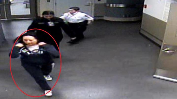 孟晚舟去年在溫哥華機場被捕時,身穿一件藍色的連衣帽(畫紅圈者)。圖/影片截圖