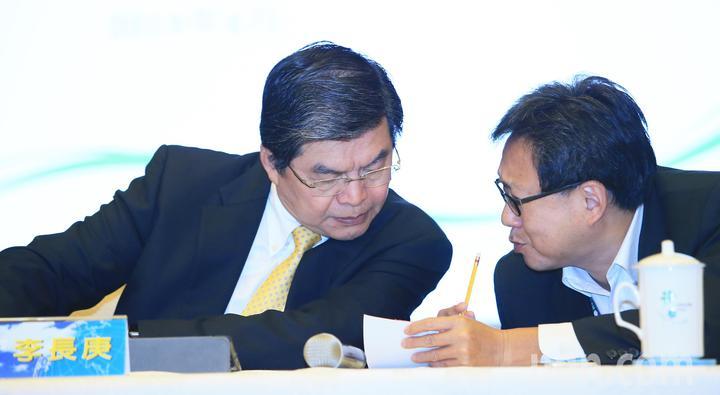 國泰金控總經理李長庚(左)與國泰人壽執行副總林昭廷(右)彼此交換意見。記者潘俊宏/攝影