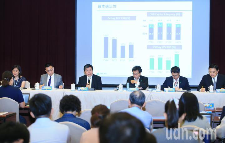國泰金控總經理李長庚(左三)率領集團各部們主管舉行第二季法說會。記者潘俊宏/攝影