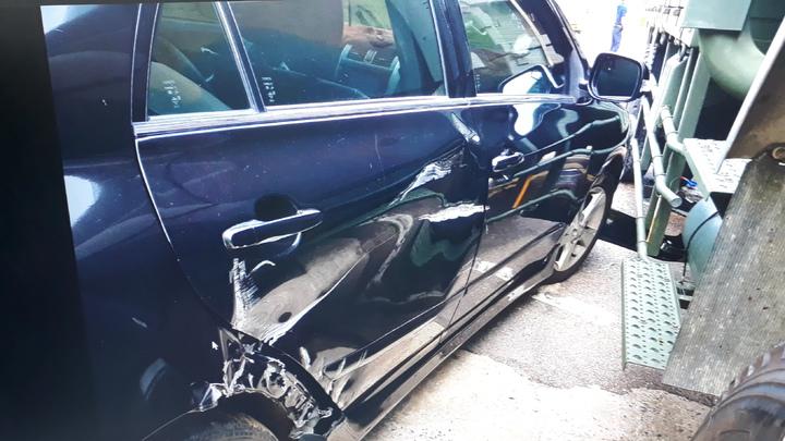 年輕的陳姓女駕駛因不當超車,與軍車發生擦撞,陳女的車輛左前車頭及右側車身嚴重毀損。圖/警方提供