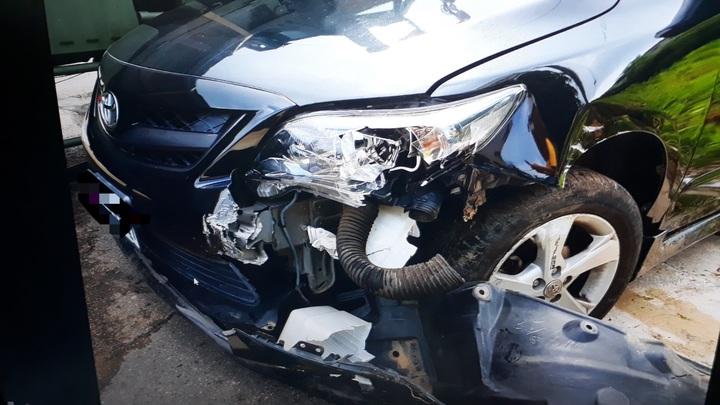 陳姓女駕駛因不當超車,與軍車發生擦撞,陳女的車輛左前車頭嚴重毀損。圖/警方提供