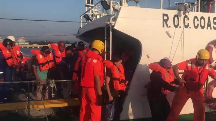 離岸風機工作船「派翠號」,今天(22日)下午在彰化王功外海約24浬處,因船身傾斜進水,向海巡署求救,海巡署中部分署立刻派遣巡防艇馳援,將船上40名在甲板上等待救援的船員全部成功救上岸。圖/海巡署中部分署提供