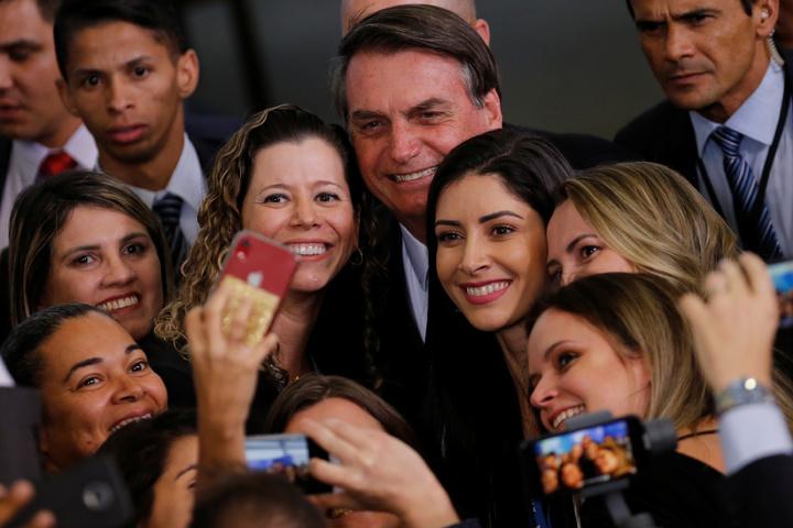 《BBC》評論指出,巴西總統波索納洛(中)護航亞馬遜雨林開墾政策,屢出狂言或許會讓外界震驚,卻能引發國內支持者共鳴;在巴西,他仍維持著高人氣。路透
