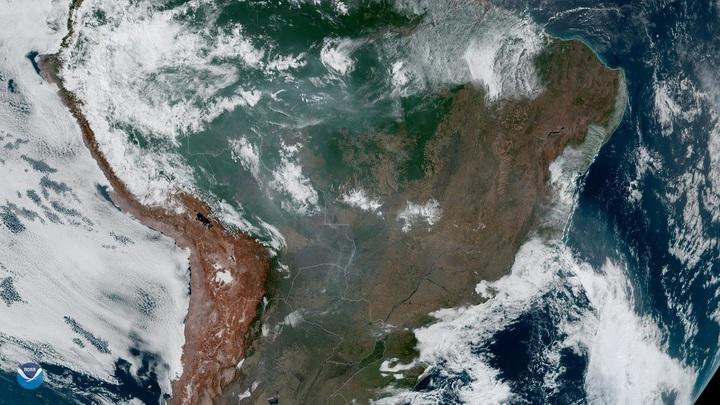 静止環境觀測衛星GOES-16於21日拍下亞馬遜雨林野火危機的影像。巴西國家太空研究所(Inpe)發布的衛星影像,全巴西今年的野火增幅達85%,多數發生在亞馬遜地區,環運分子直指原因出在波索納洛政府鼓勵農林業者放火整地。路透