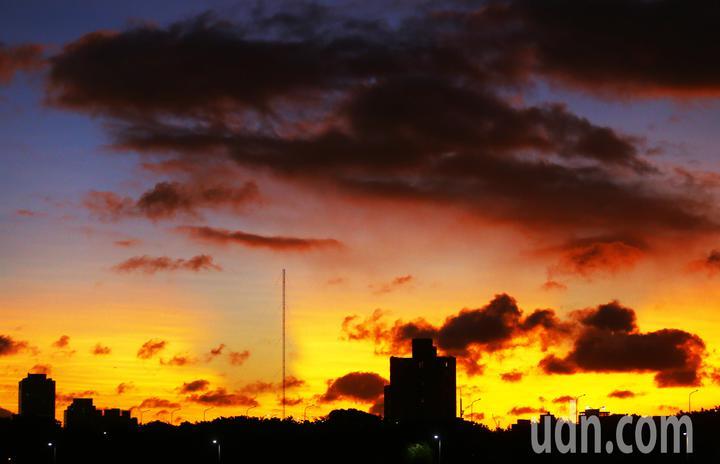氣象局下午發布輕度颱風白鹿的陸上颱風警報,但北部地區除了陣陣強風,依舊陽光普照,夕陽西下時,天空中的雲朵更被染上了粉紅,構成一幅美麗的圖畫。記者杜建重/攝影
