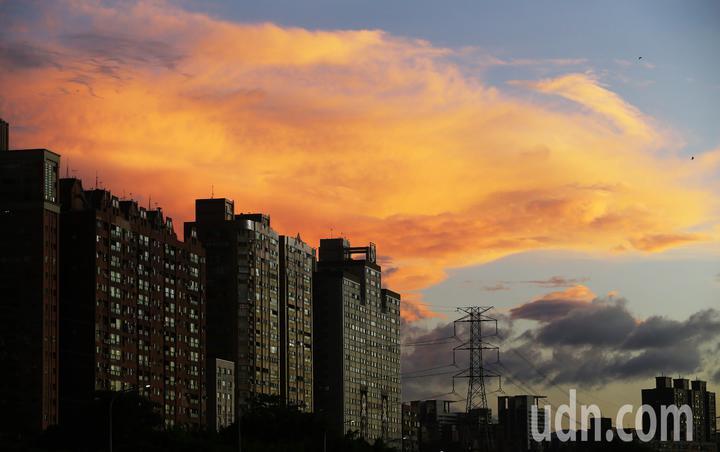 輕度颱風白鹿逼近台灣,傍晚時分,天空出現火燒雲的美景。記者杜建重/攝影
