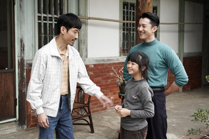 吳慷仁(右起)客串「俗女養成記」飾演小嘉玲的叔叔,與吳以涵、陳竹昇有多場對手戲。圖/華視提供