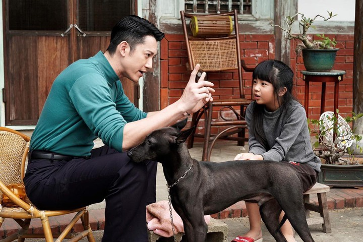 吳慷仁在劇中是個幫助「小嘉玲」吳以涵編織夢想的角色。圖/華視提供