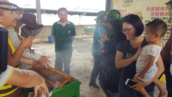 頭屋鄉明德社區養蜂班今天舉辦「蜂回大地」復育野蜂的成果展,並導覽社區養蜂的情況。記者胡蓬生/攝影