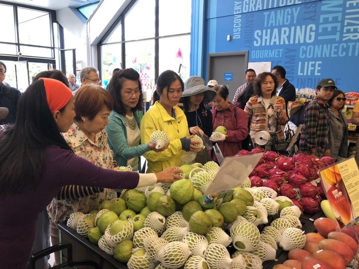 高雄熱季盛產的水果,今年持續在加拿大開賣,為吸引位在溫哥華的消費者多選購高雄水果。圖/高雄市農業局提供