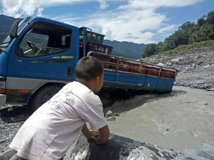 溪水較少時,貨車就強行越過溪床載金煌芒果下山。圖/高雄市農業局提供