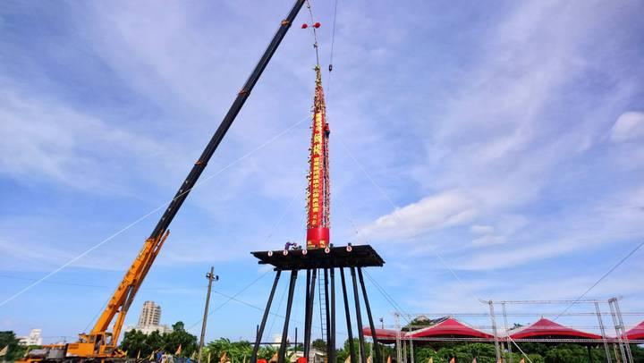 遭白鹿颱風吹倒的巨大飯棧,今天下午主辦單位選定吉時吊掛,重新豎立在飯㥊上。圖/頭城中元祭典協會提供