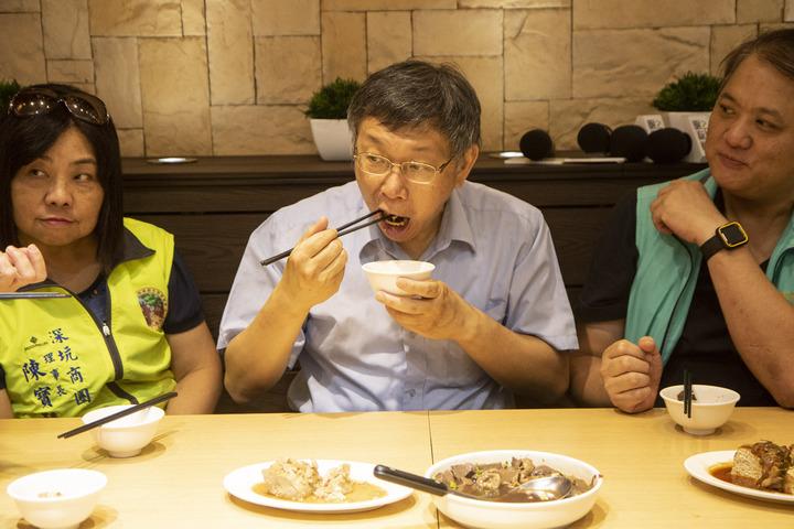 台北市長柯文哲(中)今被媒體追問,何時還要與鴻海創辦人郭台明見面,柯吃著臭豆腐說「吃飯就吃飯一直發問」,隨後又皺著眉頭說「呷奔啦」。記者王敏旭/攝影