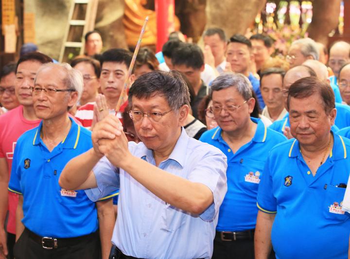台北市長柯文哲到城隍廟參加中元普度祈安祭典,對於連勝文批他勾結蔡英文,到國民黨臥底,柯回應,「偵探片看太多,世界上沒有那麼複雜,想成這樣,我覺得⋯實在可憐」。記者潘俊宏/攝影