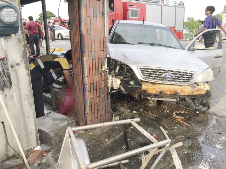 台東縣成功鎮美山路55號民宅今天下午被一輛高速轎車撞了進來,來找廖姓屋主聊天的當地溫姓婦人有生命危險。記者羅紹平/翻攝