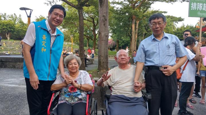 台北市長柯文哲(右)今天到宜蘭,全程由國民黨縣議員黃定和(左)陪同,兩人與百歲人瑞(右二)合照。 記者戴永華/攝影