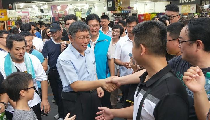 台北市長柯文哲今天到羅東夜市,受到民眾熱情歡迎,爭相合照。記者戴永華/攝影