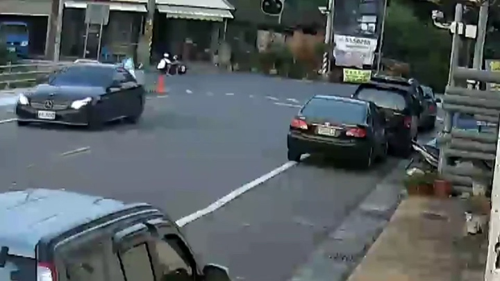 兩機車猛烈對撞,兩人幸運只輕傷。記者蔡維斌/翻攝