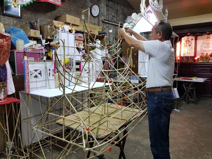 林口區太平里長謝玉祥表示,一件紙紮工藝過程最少耗費1個禮拜時間,大型紙紮屋甚至需耗費近1個月時間。圖/新北市民政局提供