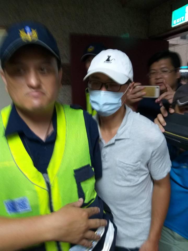 警方今天下午4點左右帶王男到基隆地檢署應訊,外傳警界希望檢方聲押;檢方表示,本案不符合聲押要件。記者邱瑞杰/攝影