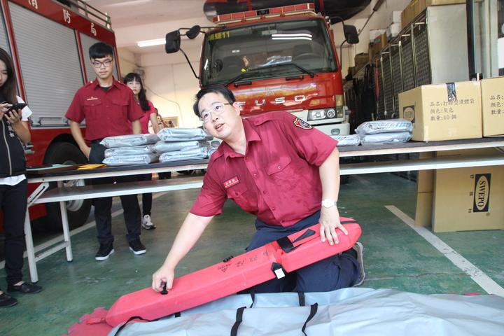 彰化縣埔鹽消防分隊員宋明哲研發打撈型遺體袋具功能性,減輕消防員作業時的壓力。記者林敬家/攝影