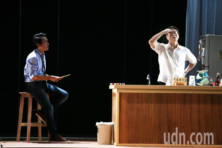 「七十三變」總彩排後,朱陸豪(右)與飾演自己的林子恆(左)同台演出。記者陳正興/攝影